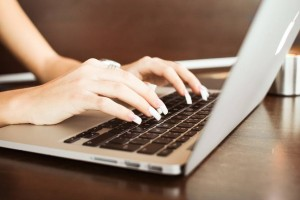 photo-girl-typing-macbook-nail